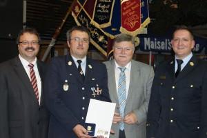 Unser Bild zeigt von links: MdL Peter Meyer (Freie Wähler), den Geehrten Roland Steininger, Bürgermeister Manfred Porsch und Kreisbrandinspektor Andreas Heizmann.
